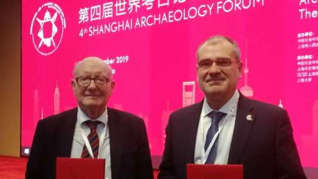 Image ofProfessor Lord Colin Renfrew and Dr Michael Boyd receive Shanghai Award for Cambridge Keros Project